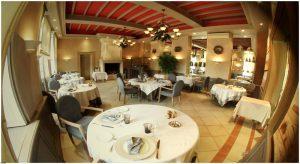 chaises tables fauteuils banquettes canapés pour restaurant et hotel mobilier de terrasse parasols